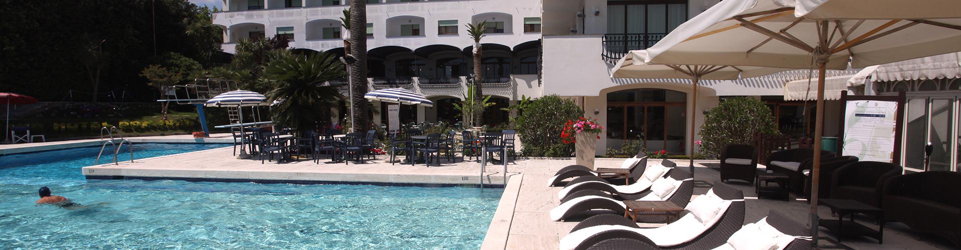 Grand Hotel Don Juan. Giulianova (Italia). Vista del edificio y la piscina.