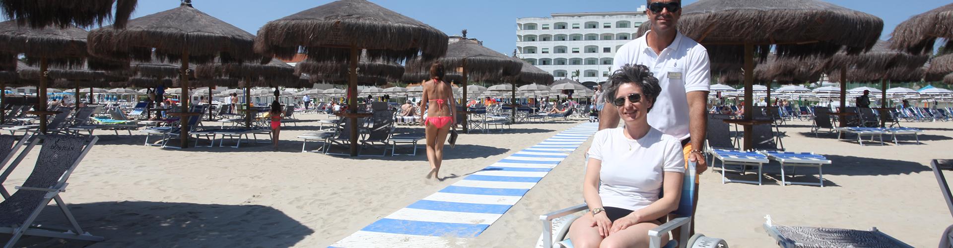 GRAND HOTEL DON JUAN. Playa con silla de ruedas de aluminio.