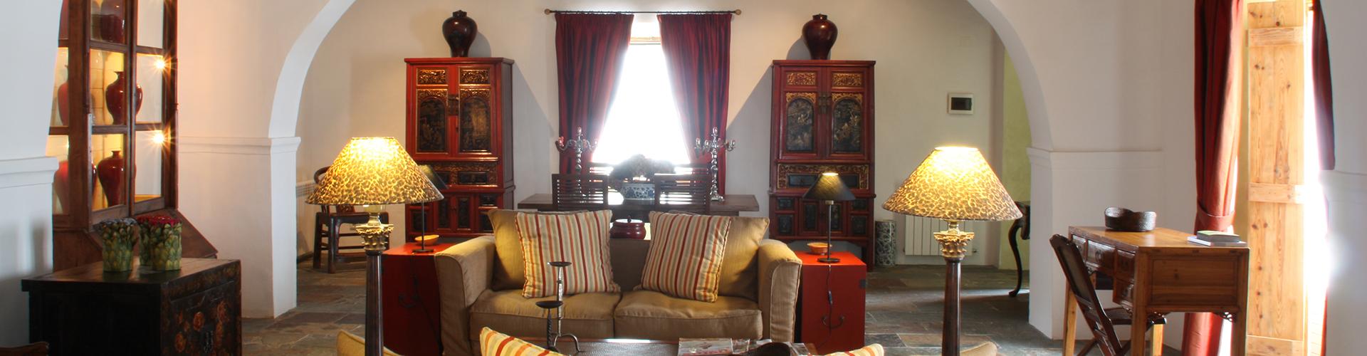 CASA DO TERREIRO DO POÇO. Vista del salón de la gran suit, con mobiliario asiático.