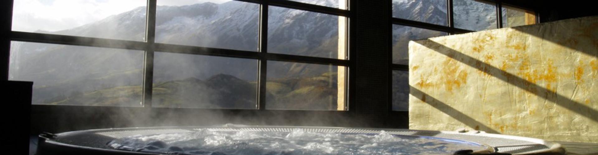 L'ALDEA SOÑADA DEL ANGLIRU. Jacuzzi con vistas a la montaña.