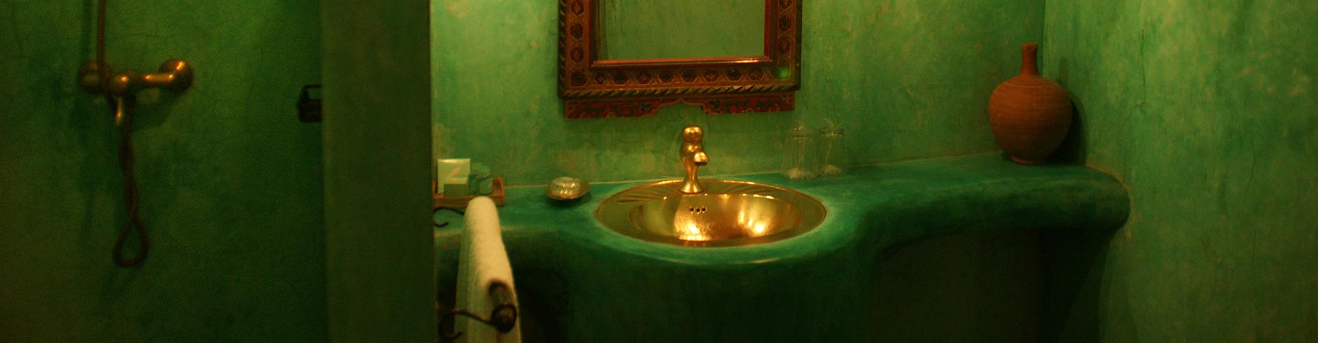 DAR KAMAR. Baño en estuco verde.