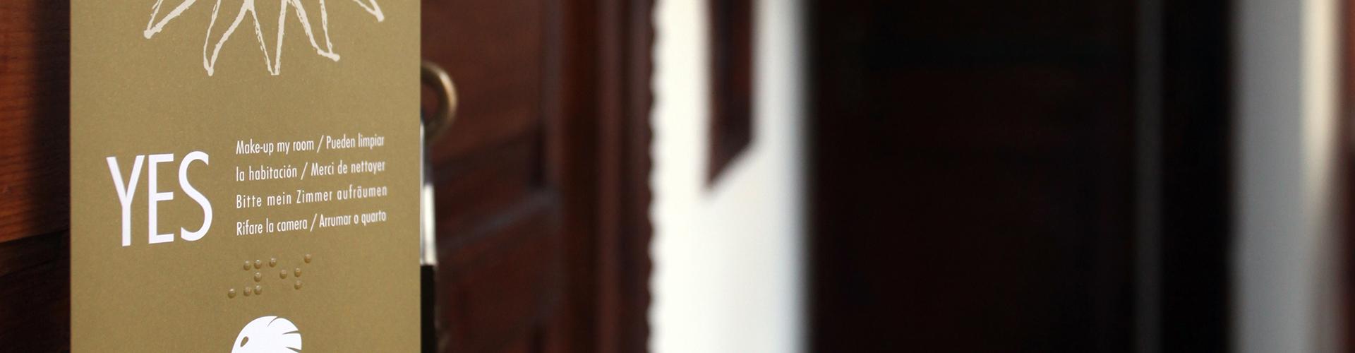 Colgador de puerta con braille en el Riad-de-la-belle-epoque, Marrakech